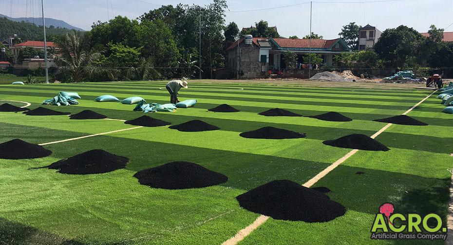 Hạt cao su trên sân cỏ nhân tạo
