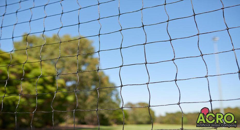 giá lưới chắn sân bóng đá